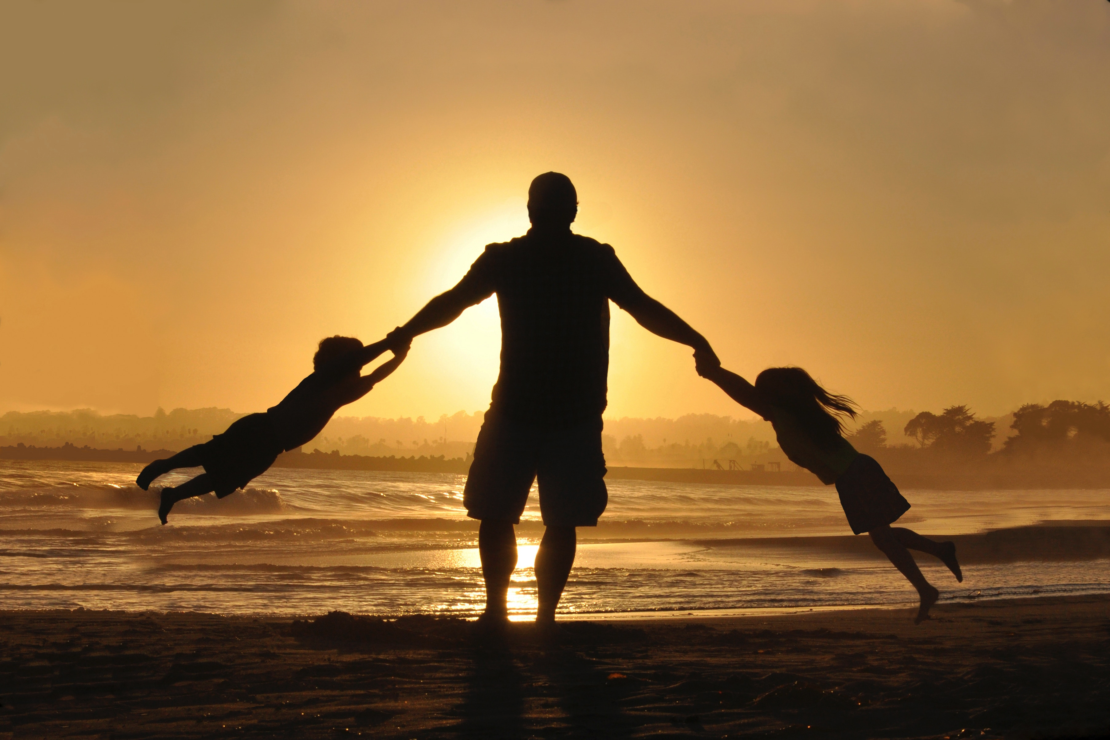 dad-protecting-playing-family